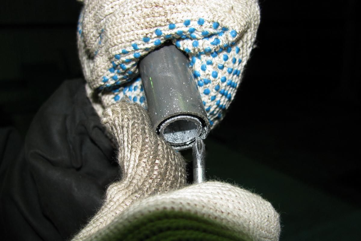 После обрезки все заусенцы должны быть удалены, чтобы избежать попадания стружки между трубками