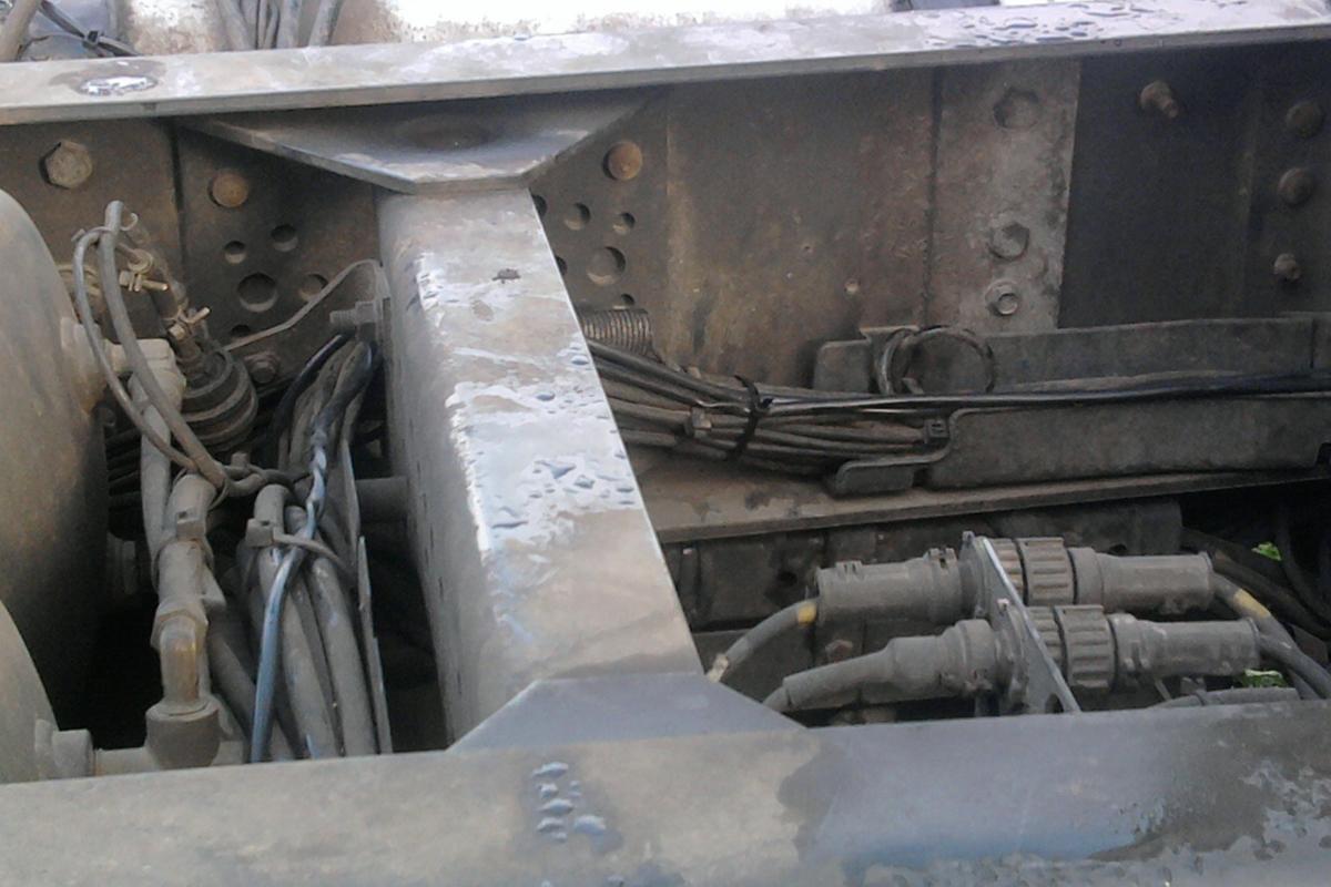 Укладка кабеля в местах штатной проводки с помощью стяжек