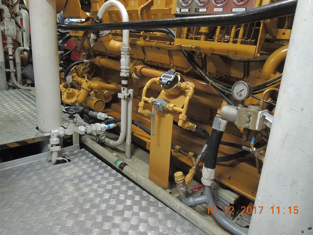расходомер смонтирован на топливопроводе подачи топлива на двигатель.