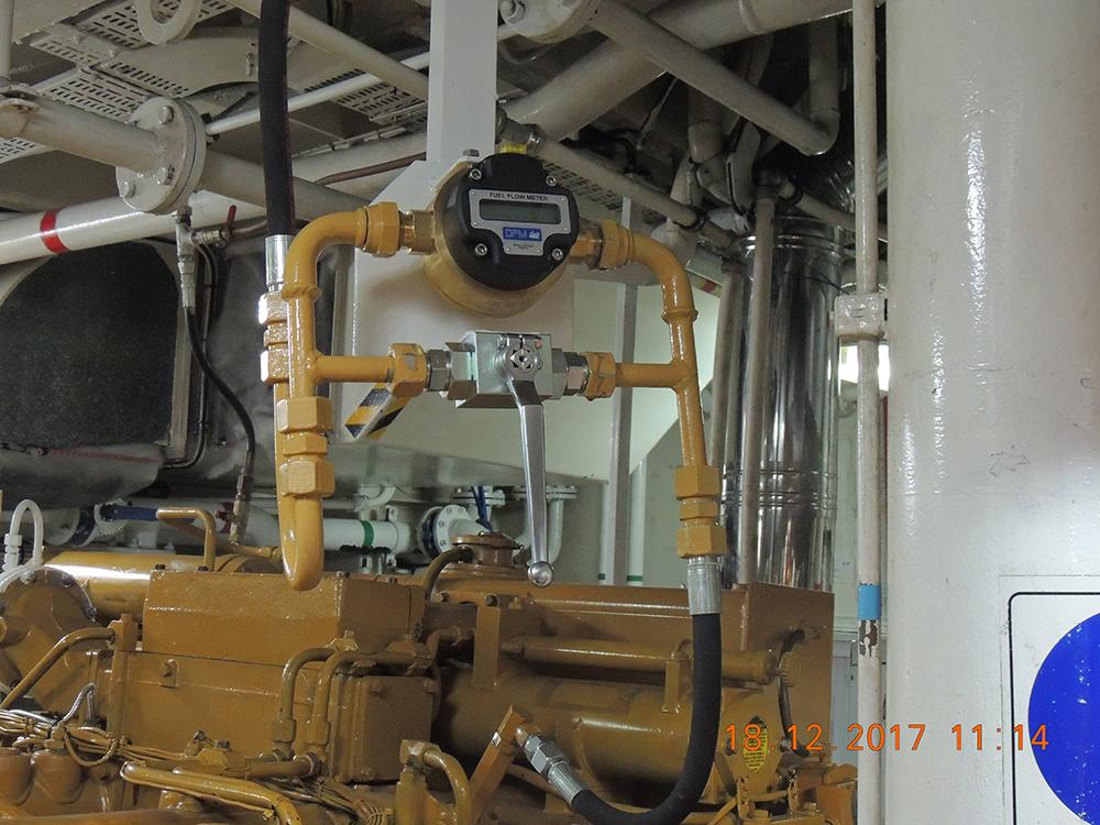 Расходомер смонтирован на топливопроводе возврата в бак.