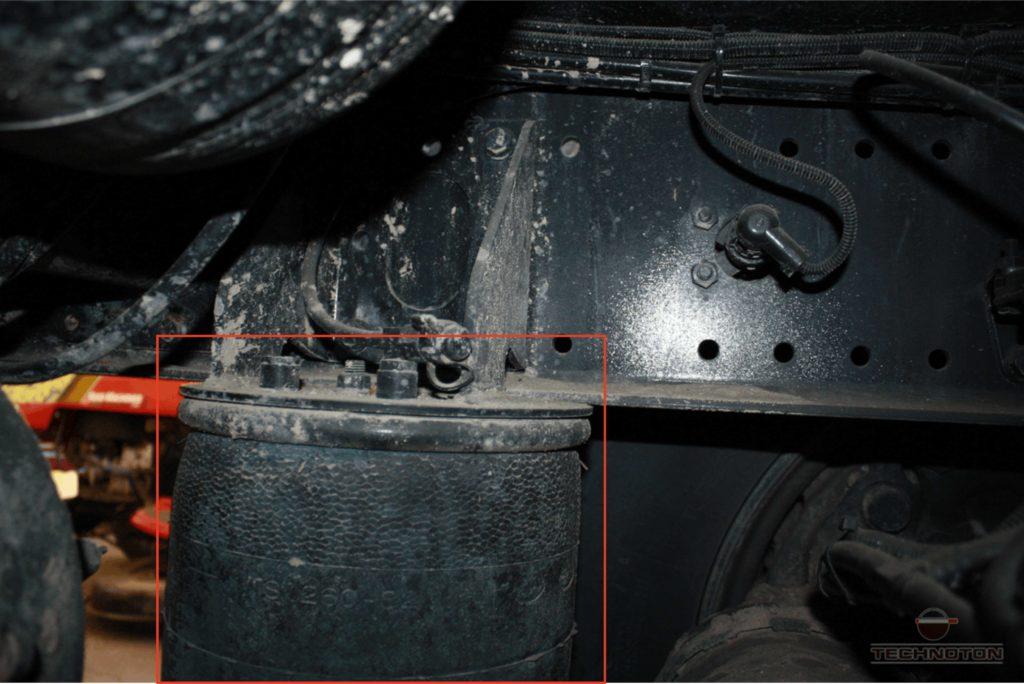 Пневмобаллон пневматической подвески с заглушкой.