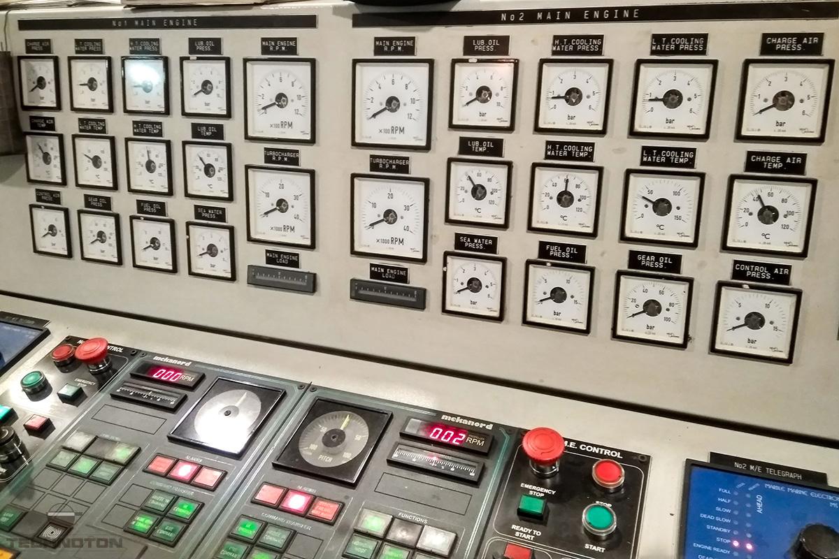Tablero de instrumentos en la caseta del vehículo