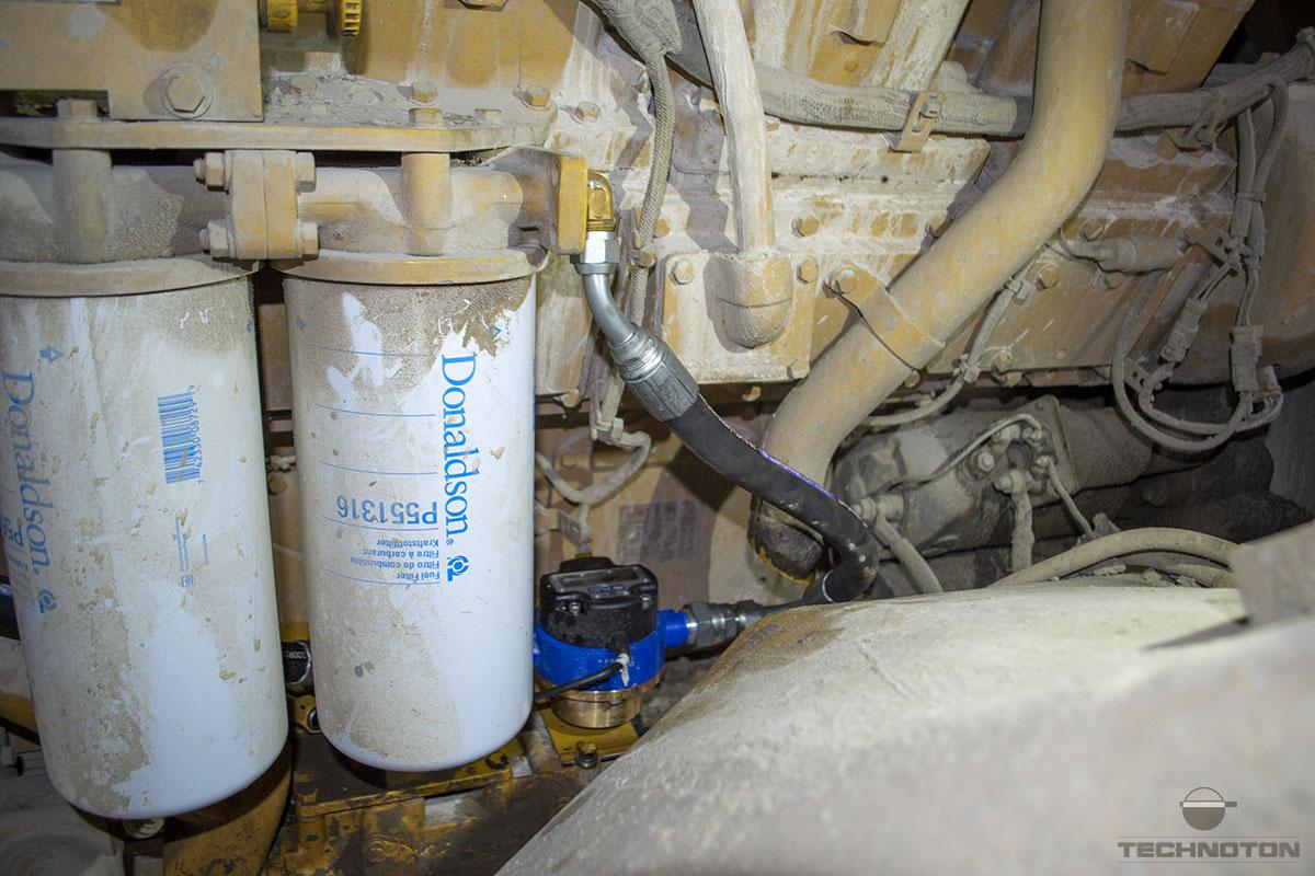 El medidor de flujo DFM Marine está montado en la línea de llenado de combustible
