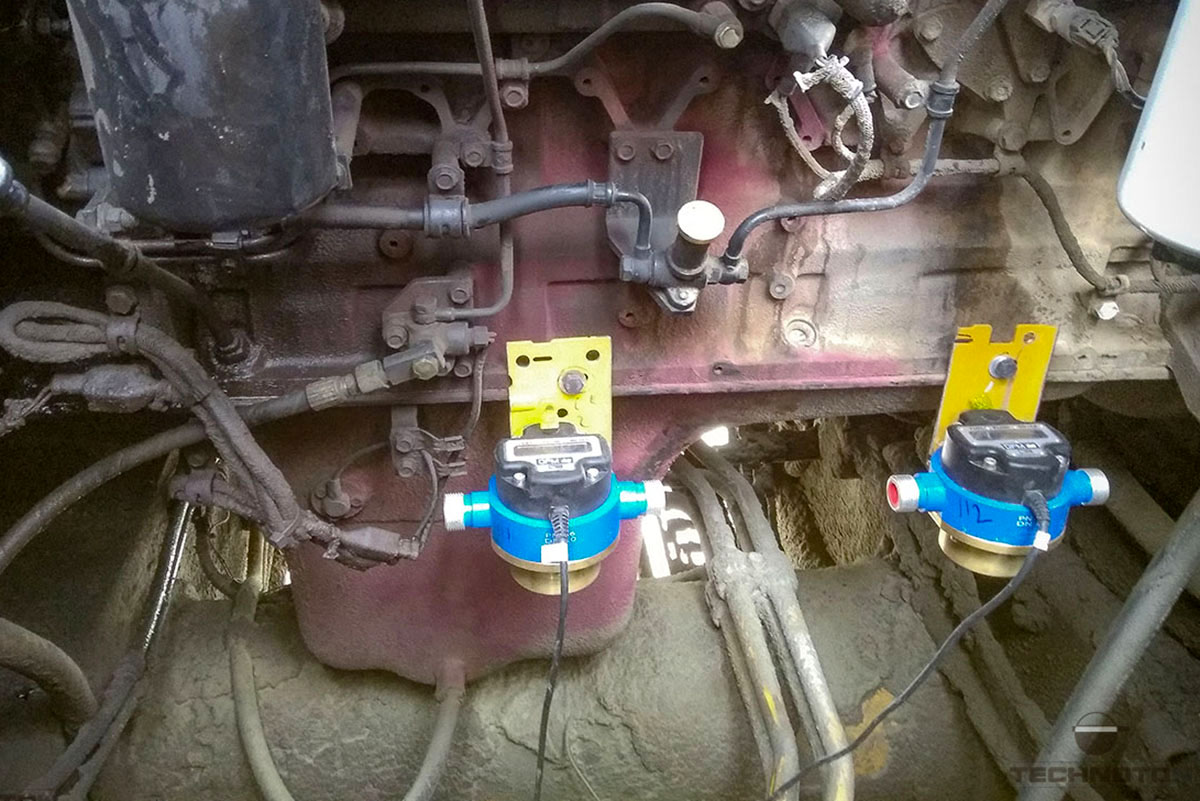 Installing fuel flow meters on front engine of Komatsu