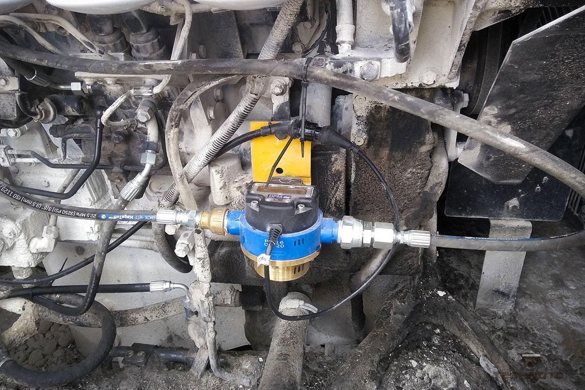 Medidor de flujo de combustible DFM Marine instalado y conectado
